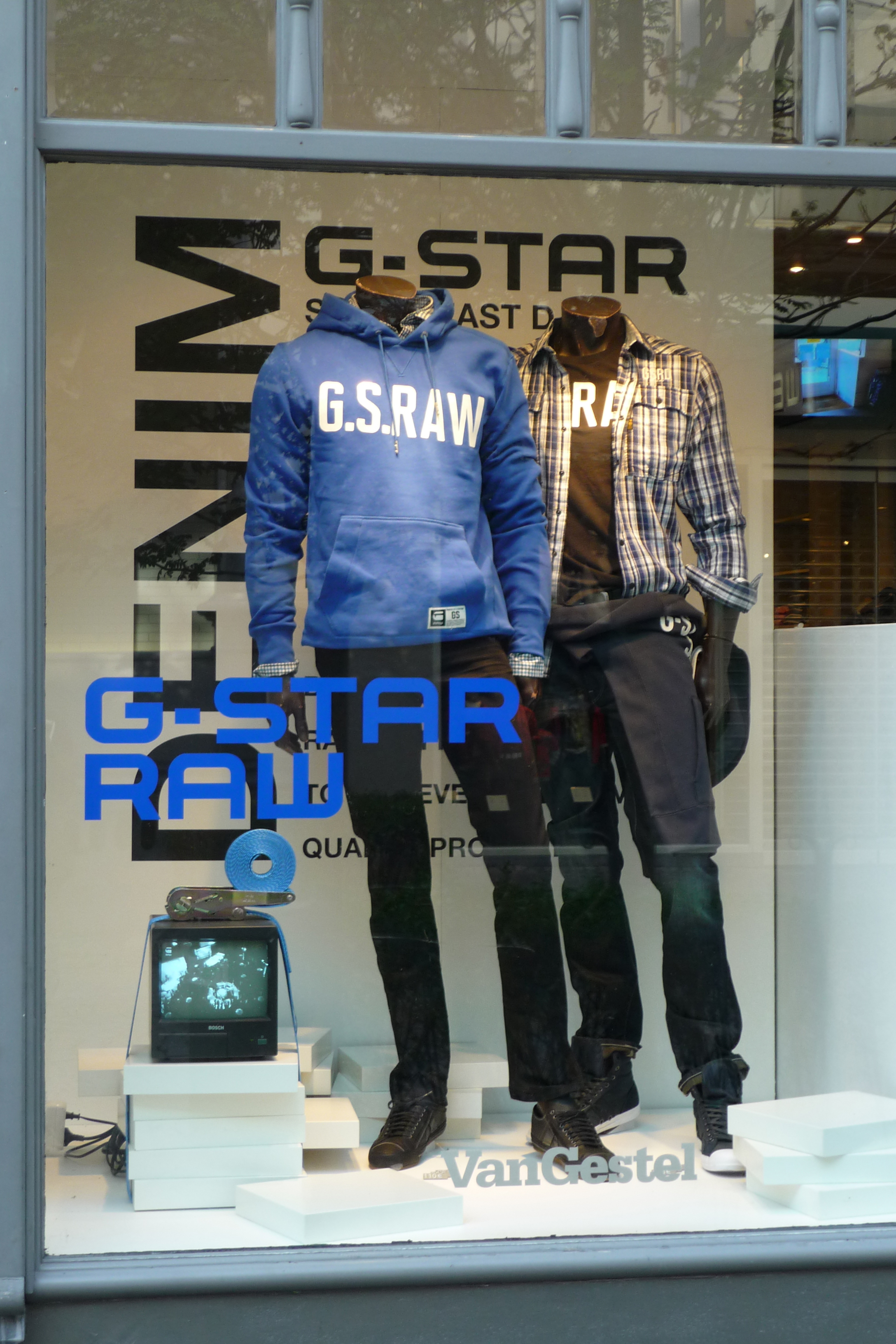- G STAR RAW windowWindow with custom vinyl stickers to enhance the graphic look of the G-STAR brand.