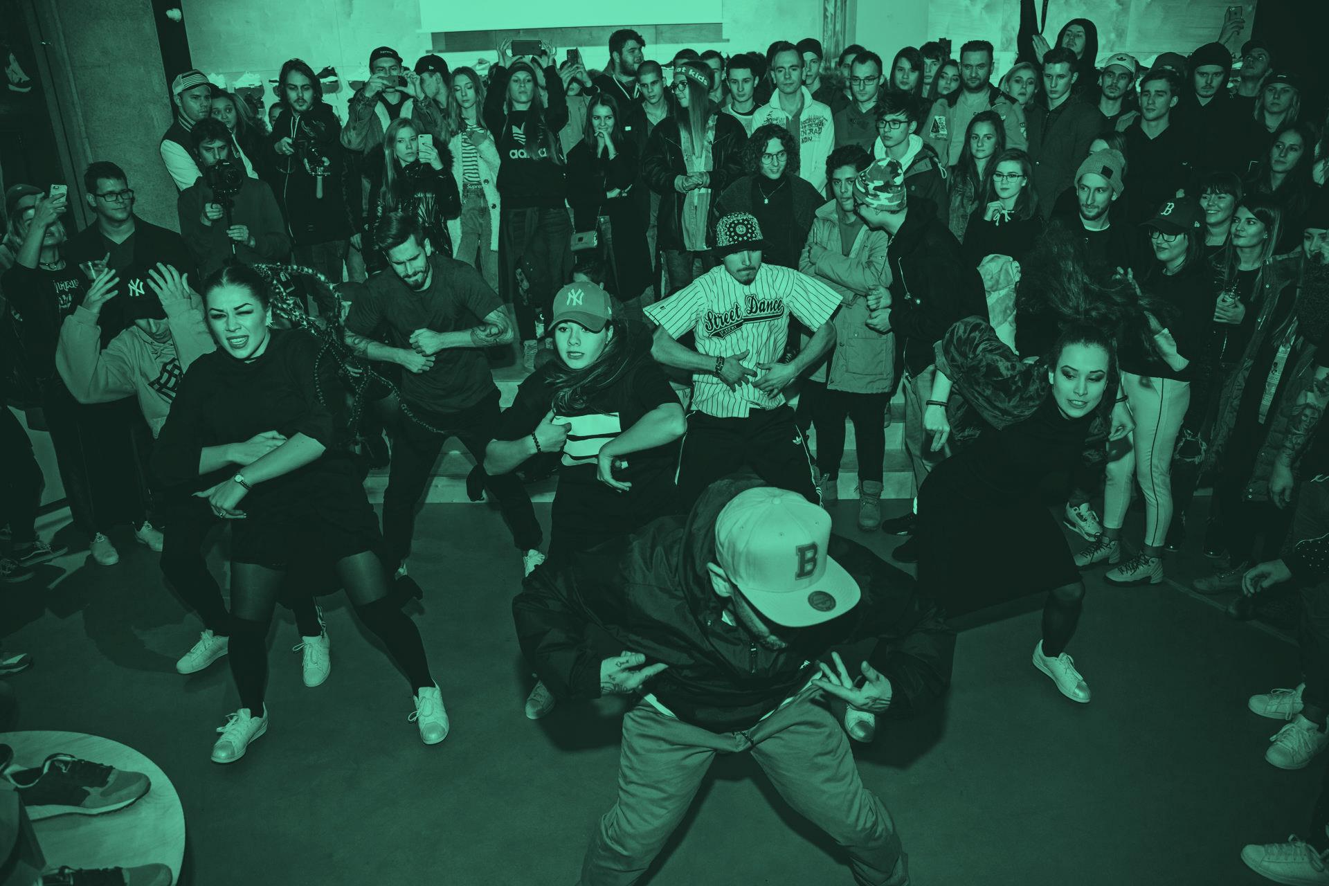 Stred a Pokročilí - Skupiny v SDA, do ktorých sa nedá prihlásiť. Tréneri sem iba na základe výkonu na tréningoch, môžu presunúť tanečníkov. Komplexnejšie sa tu rieši hudba, koncepty, freestyle ale aj choreografie. Iba pre tých, čo to berú fakt vážne!