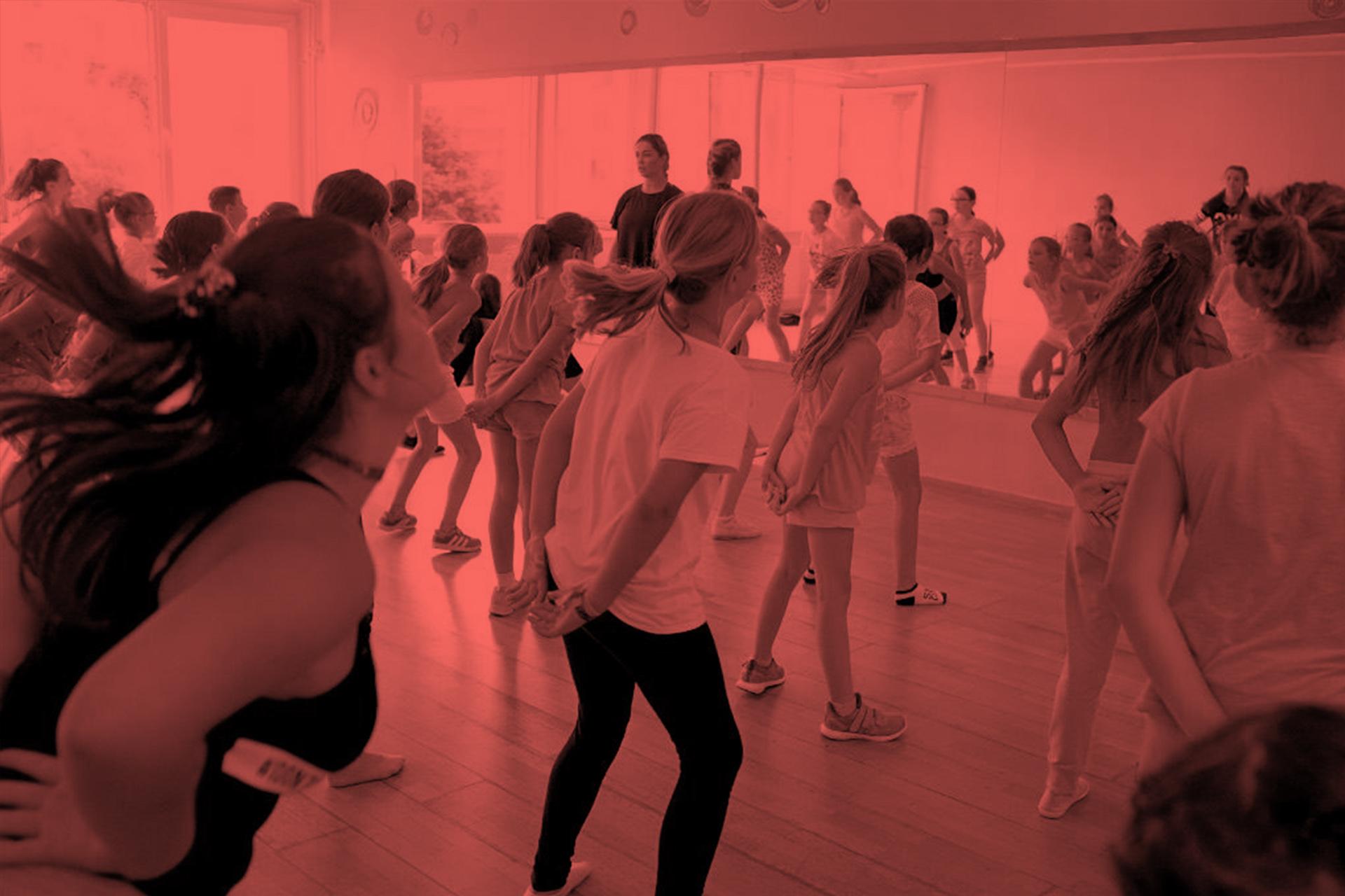 Hip Hop Deti 2 - Druhá detská skupina je tiež pre deti vo veku od 6-9, ktoré sa už tancu u nás pred tým venovali. O presune do tejto skupiny rozhoduje Laci Strike a tréneri buď na zápise alebo v priebehu sezóny.