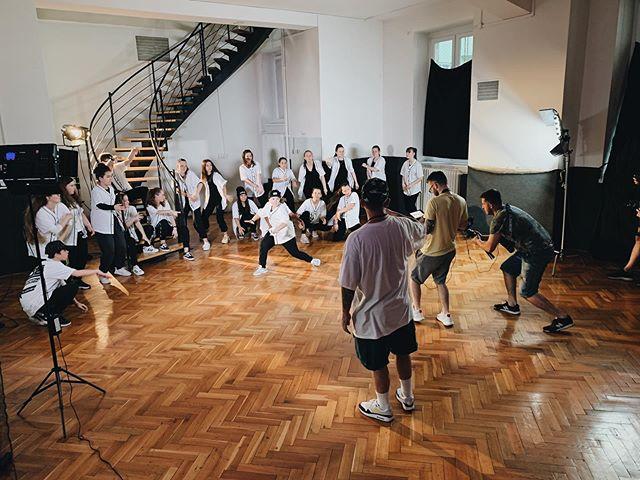 Tento tyzden v SDA tocime bomby! Zapojene su uplne vsetky skupiny a vsetci clenovia. Pre vacsinu je to uplne nova skusenost s kamerou ale zvladame to uplne profi! Viac zo zakulisia uvidite v stories :) 📷: @sari.raw #️⃣: #tanec #hiphop #lacistrike #produkcia #natacanie #vystupenie #choreografia #streetdance #esdea #streetdanceacademy