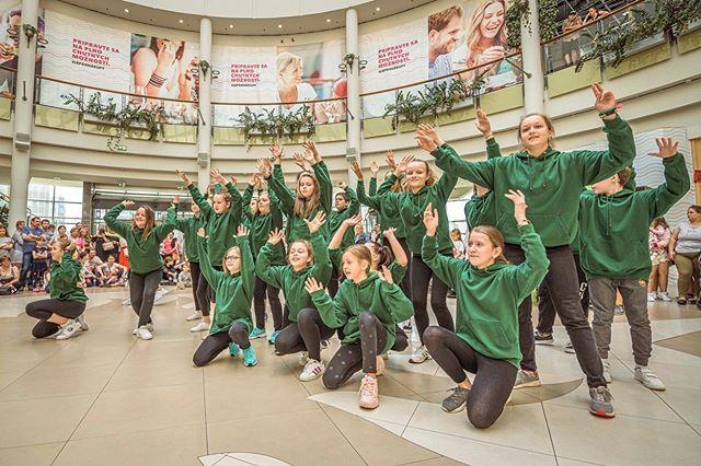Zopar zaberov z nedelnajsieho vystupenia v @poluscitycenter. Dakujeme vsetkym co nas prisli podporit, zasutazit si s nami a naucit sa zopar tanecnych krokov :) #streetdanceacademy #streetdance #poluscitycenter #polus #tanec #choreografia #tanecna #lacistrike #hiphop #dance #dancecrew #esdea #sdacrew
