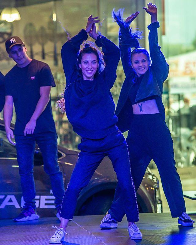 Zmenili sme trosku outfity a vybehli sme do Liptovskeho Mikulasa odtancovat modnu prehliadku pre obchodny dom STOP SHOP! Zastupena bola cela tanecna skola od najmladsich, cez teenky az po vsetkych clenov sda crew. Bol to riadny zazitok. 📷: @martingaal_sk #sdacrew #lacistrike #streetdanceacademy #streetdance #tanec #moda #modnaprehliadka #stopshop #pohyb #liptovskymikulas #shopping