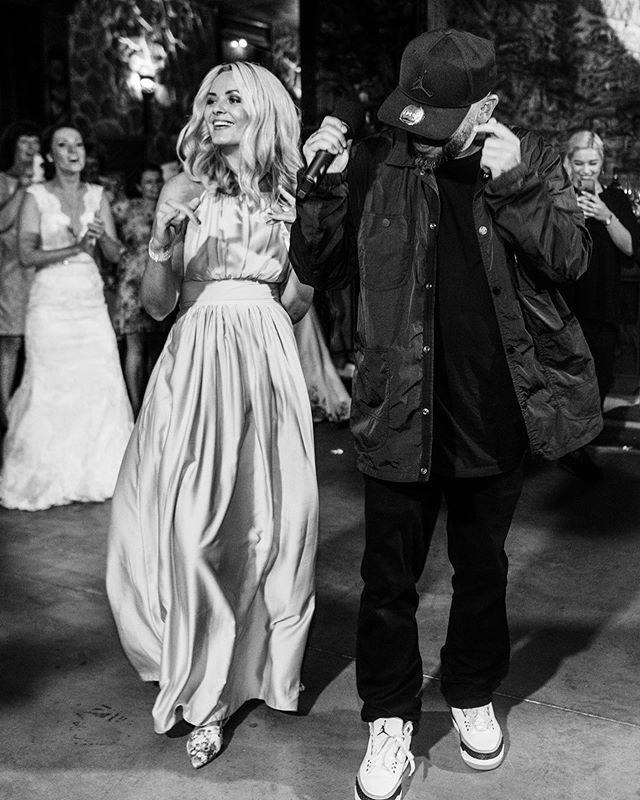 Tato fotka tu ma specialne miesto. Zazracny moment, ktory sa udial prvykrat za 10 rokov. Nasa manazerka Stanka a Laci spolu tancovali!!! ♥️♥️♥️ Mozno ti to dost nehovorime Stani, ale strasne si vazime vsetko co pre nas robis :) 📷: @martinkrystynek #sdacrew #streetdanceacademy #lacistrike #wedding #weddingparty #party #tanec #tanecnaskola #rodina #svadba