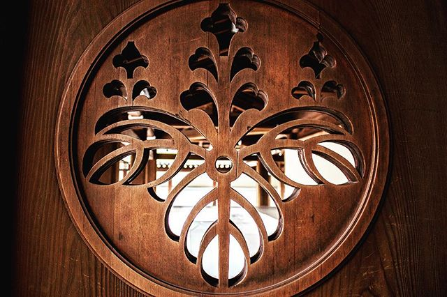 Toyotomi Clan Crest on Meiji Jingu Door. #Toyotomiclan #豊臣氏 #豊臣 #氏 #Crest #家紋 #かもん #明治神宮 #Meiji #Meijijingu #meijishrine #東京 #Tokyo #日本 #japan #japon #wood #bois #family