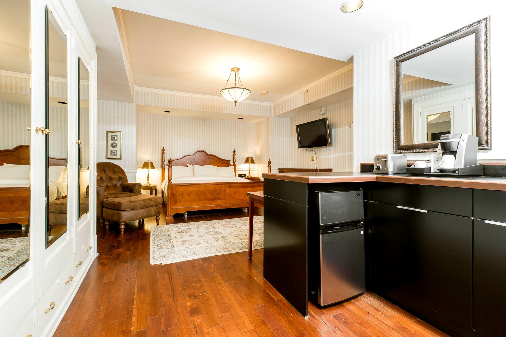 1119 Bedroom and kitchenette.jpg