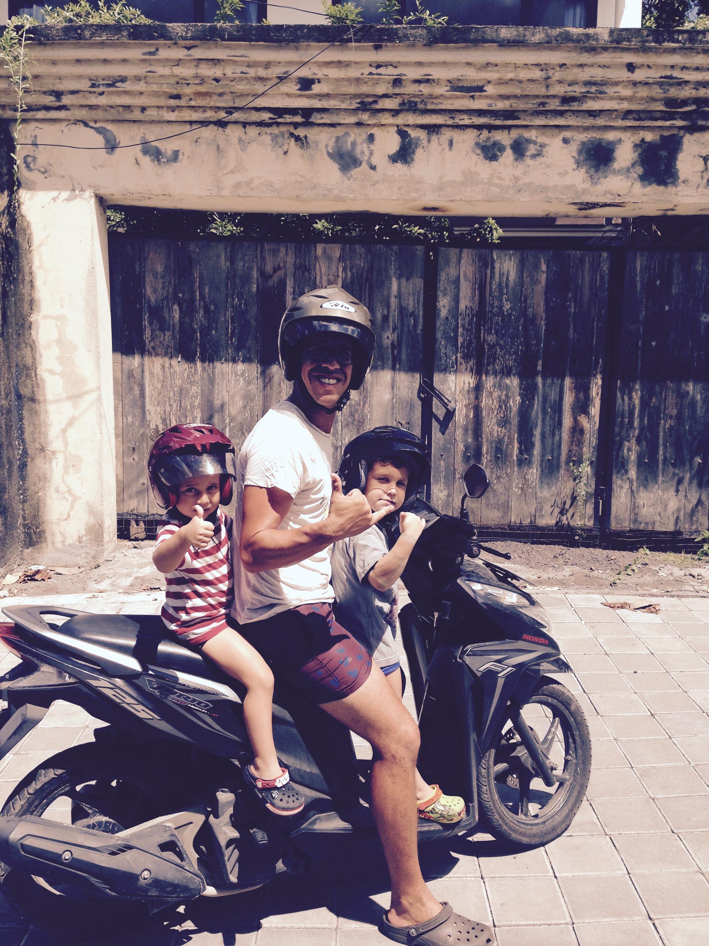 Nuestro medio de transporte en Bali. La moto, eso a lo que juré nunca subirme.