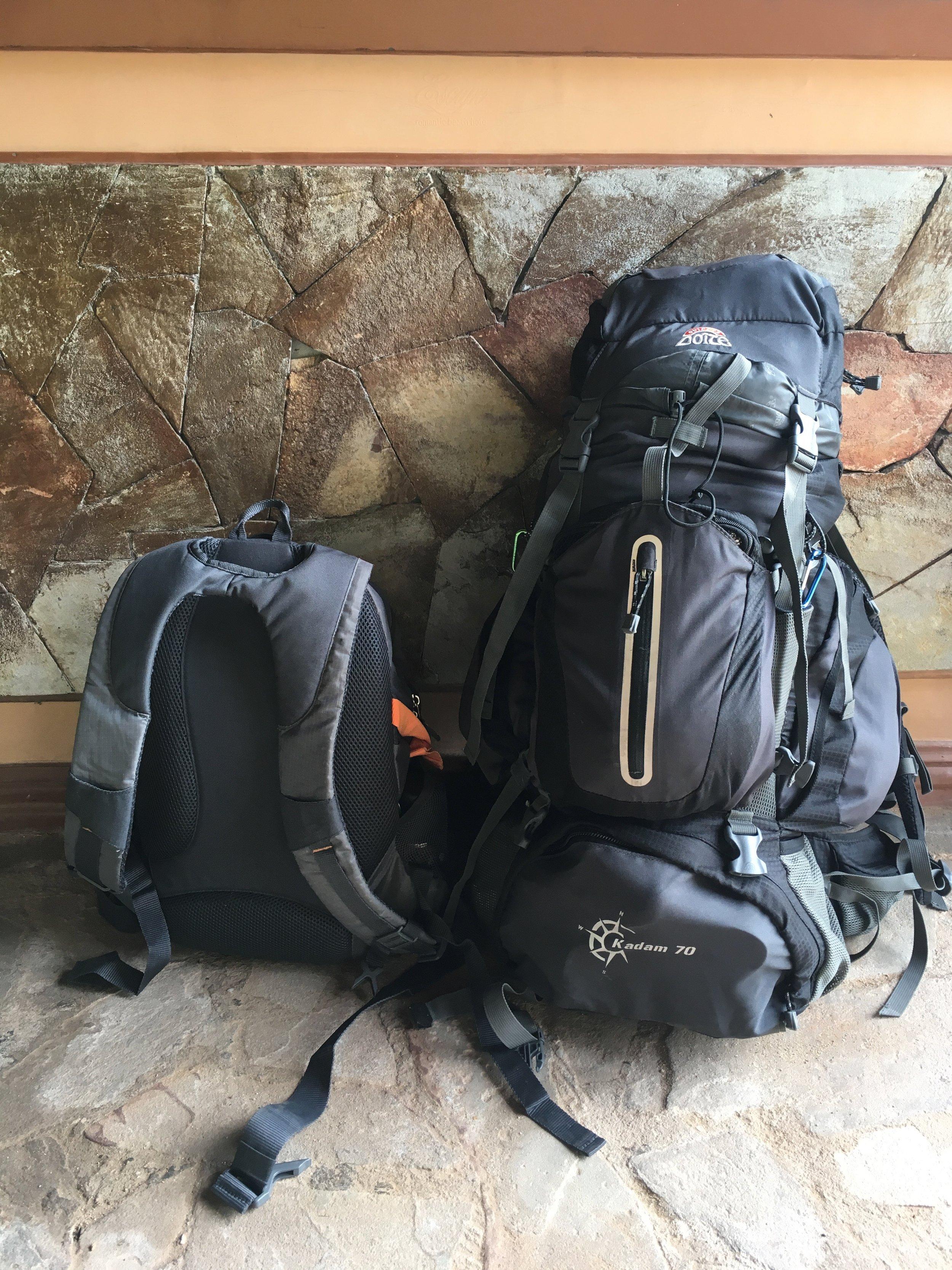 Nuestras mochilas para los cuatro, recorriendo Indonesia.