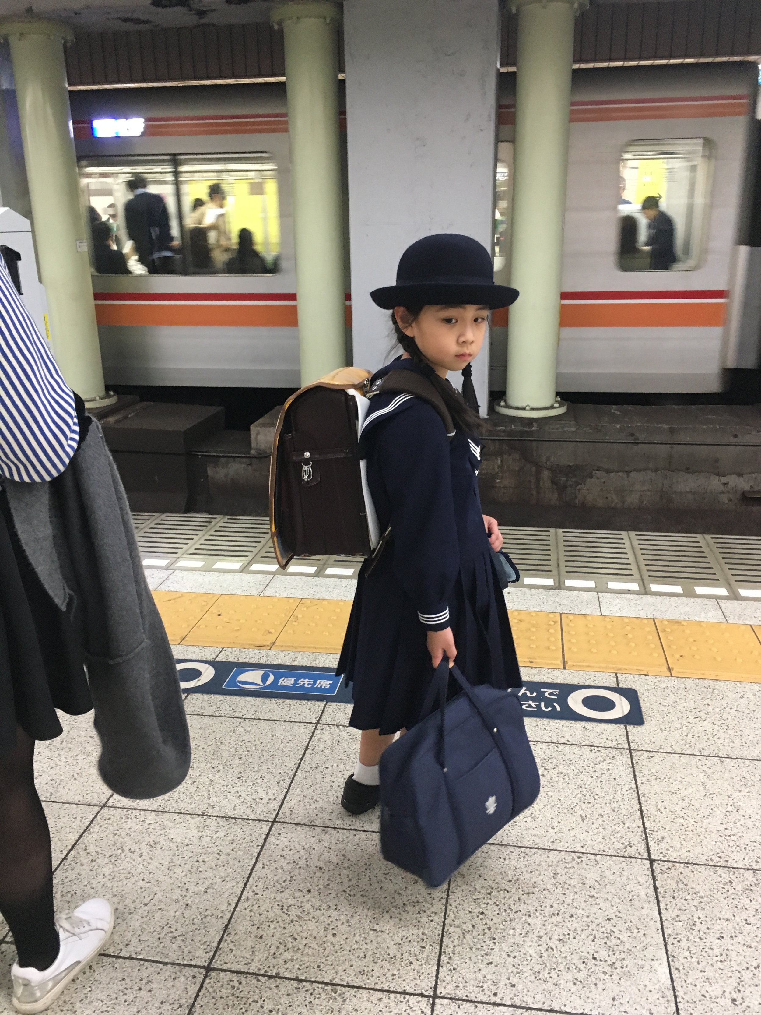Una niña volviendo de la escuela a su casa, en subte, sola.