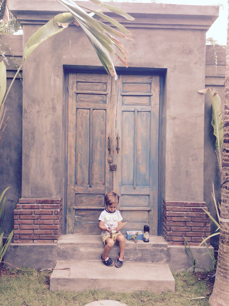 Blas, esperando para ir a la escuela.
