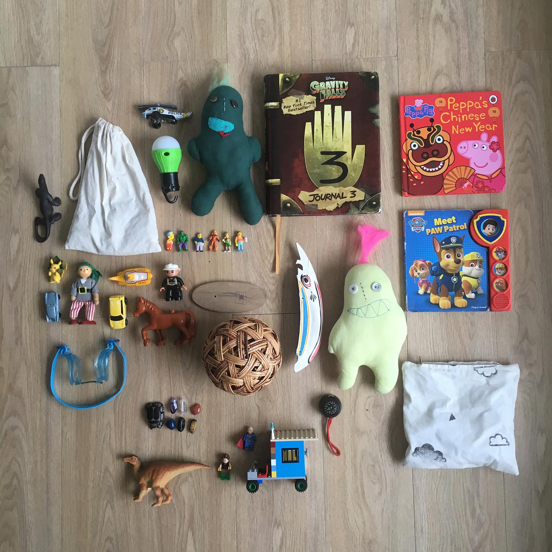 Algunas cosas que llevan los chicos en sus mochilas.