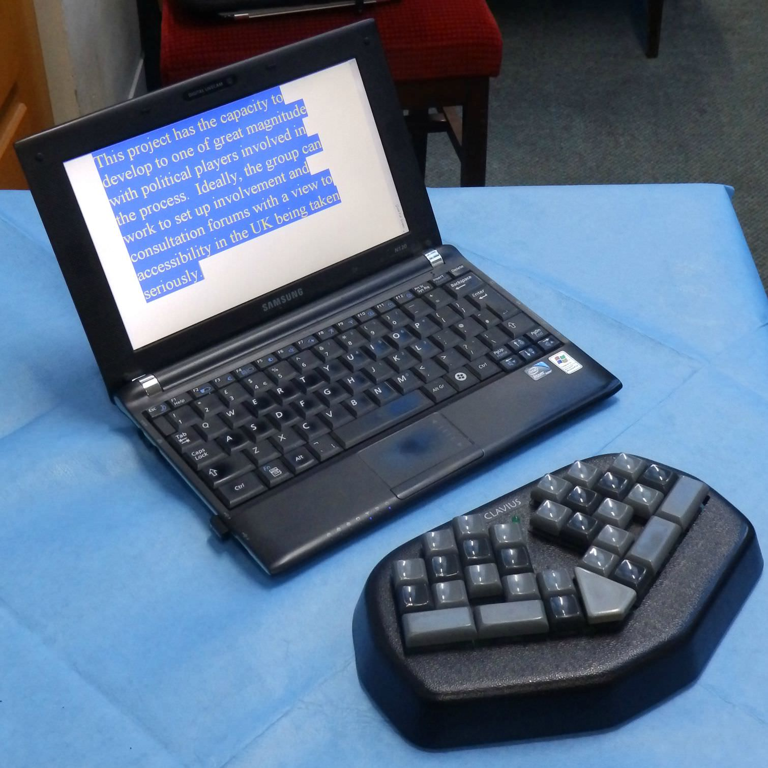 Up to date Palantype equipment consisting of an adapted keyboard and laptop for connectivity