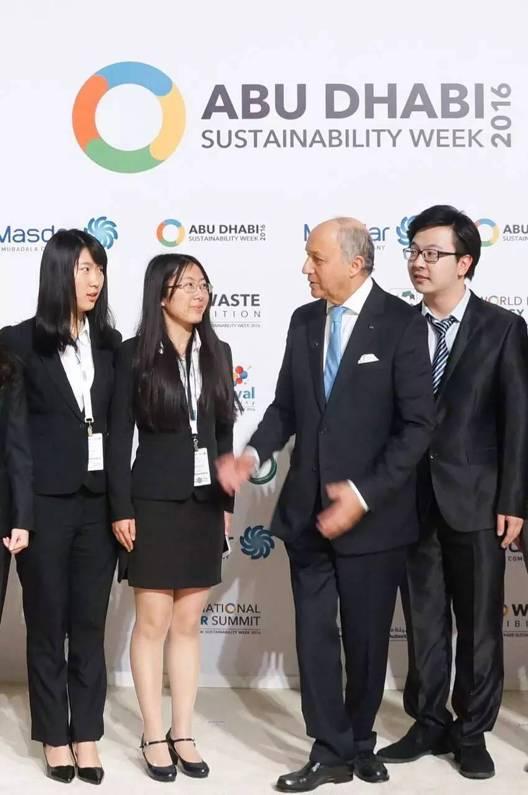 中国青年代表团成员与 法国外交部部长 交流并合影