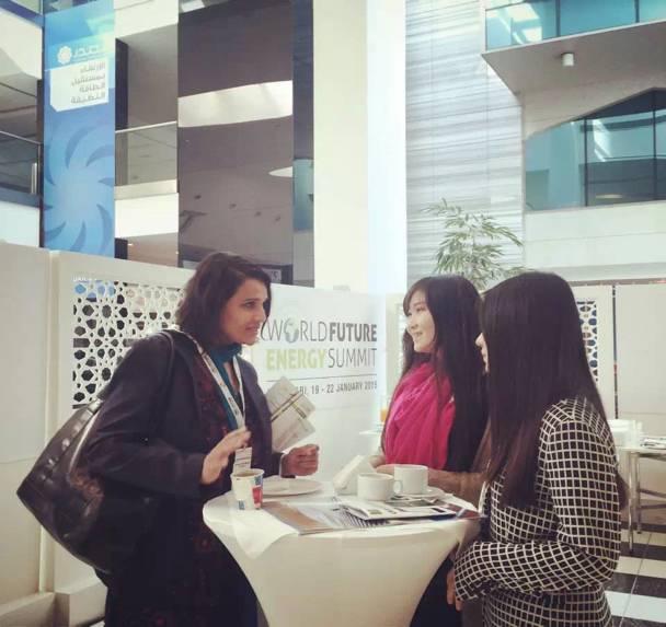 加拿大留学的中国青年代表团成员Lora与峰会嘉宾交流,并获得 安大略能源公司 的 实习offer