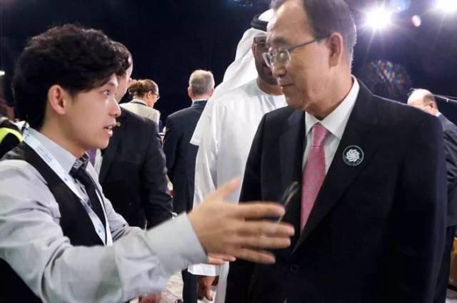 2016年中国青年代表团成员向 联合国秘书长潘基文 介绍我们青年代表团情况