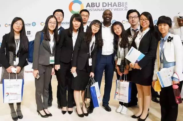 我们在峰会上终于和 国际巨星Akon 合影啦!  入选者能作为嘉宾进入会场,见到这么多国际名人真是好机会啊!