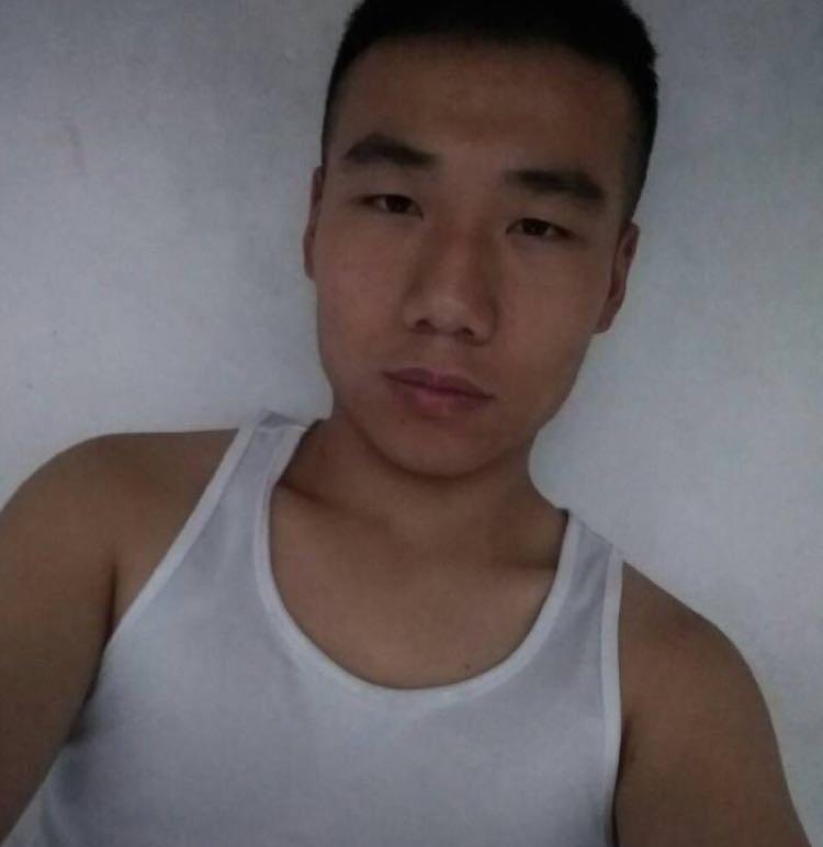 我叫李天成,现在在重庆工作,今年二十二岁大学刚毕业,主修航空方面东西。热爱跑步,最爱篮球,热爱书法,目前正在狂学厨艺,七夕将至,希望不会一个人在路上。