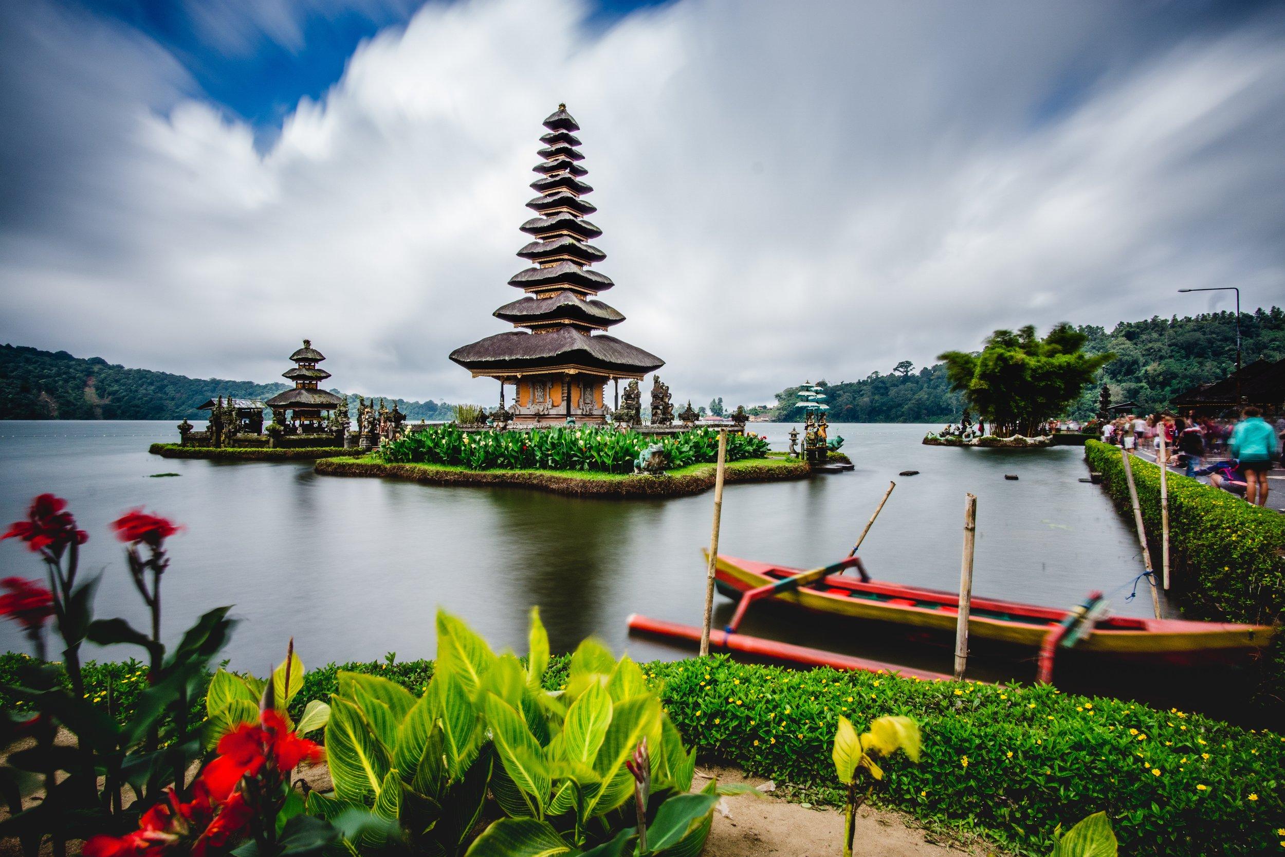 """巴厘岛是印度尼西亚唯一信奉印度教的地区。80%的人信奉印度教。主要通行的语言是印尼语和英语。由于巴厘岛万种风情,景物甚为绮丽。因此,它还享有多种别称,如""""神明之岛""""、""""恶魔之岛""""、""""罗曼斯岛""""、""""绮丽之岛""""、""""天堂之岛""""、""""魔幻之岛""""、""""花之岛""""等。"""