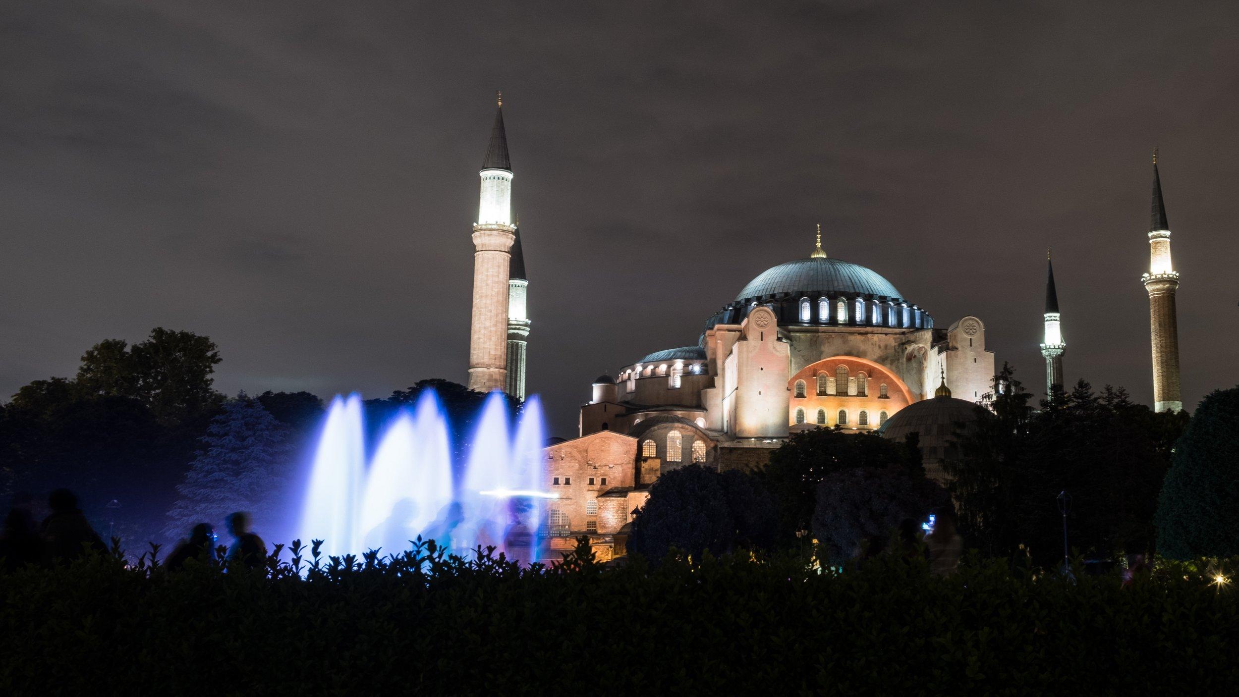 伊斯坦布尔(土耳其语:İstanbul)是土耳其经济、文化、金融、新闻、贸易、交通中心,世界著名的旅游胜地,繁华的国际大都市之一。位于巴尔干半岛东端,博斯普鲁斯海峡南口西岸。伊斯坦布尔市分成三个区:位于欧洲的旧城区和贝伊奥卢商业区,以及位于亚洲的于斯屈达尔区。风光秀丽、古迹繁多、交通便利、商业发达,使伊斯坦布尔成为一座世界著名的旅游城市,也是欧亚两大洲共有的一颗明珠。