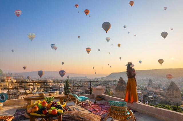 热气球是土耳其必去的项目,也是卡帕最具特色的亮点。此次热气球包含一份香槟套餐早饭,完成后更有热气球证书。