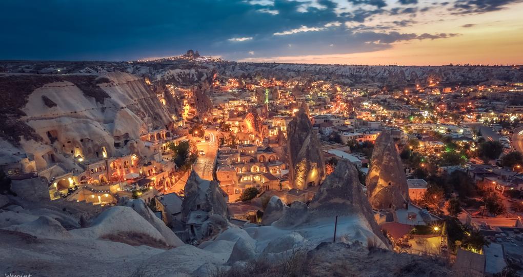 """格雷梅小镇是最接近卡帕多奇亚的美丽小镇,也是在这里的落脚点。小镇中随手一拍都是欧洲小镇的独特风情,也是ins打卡地哦。小镇上聚集了众多极富特色的洞穴酒店,可以看到奇特地貌——""""仙人烟囱""""(fairy chimneys)。镇旁边的山上是观赏日落的绝佳地点,从镇中心徒步上山也就20分钟左右。"""