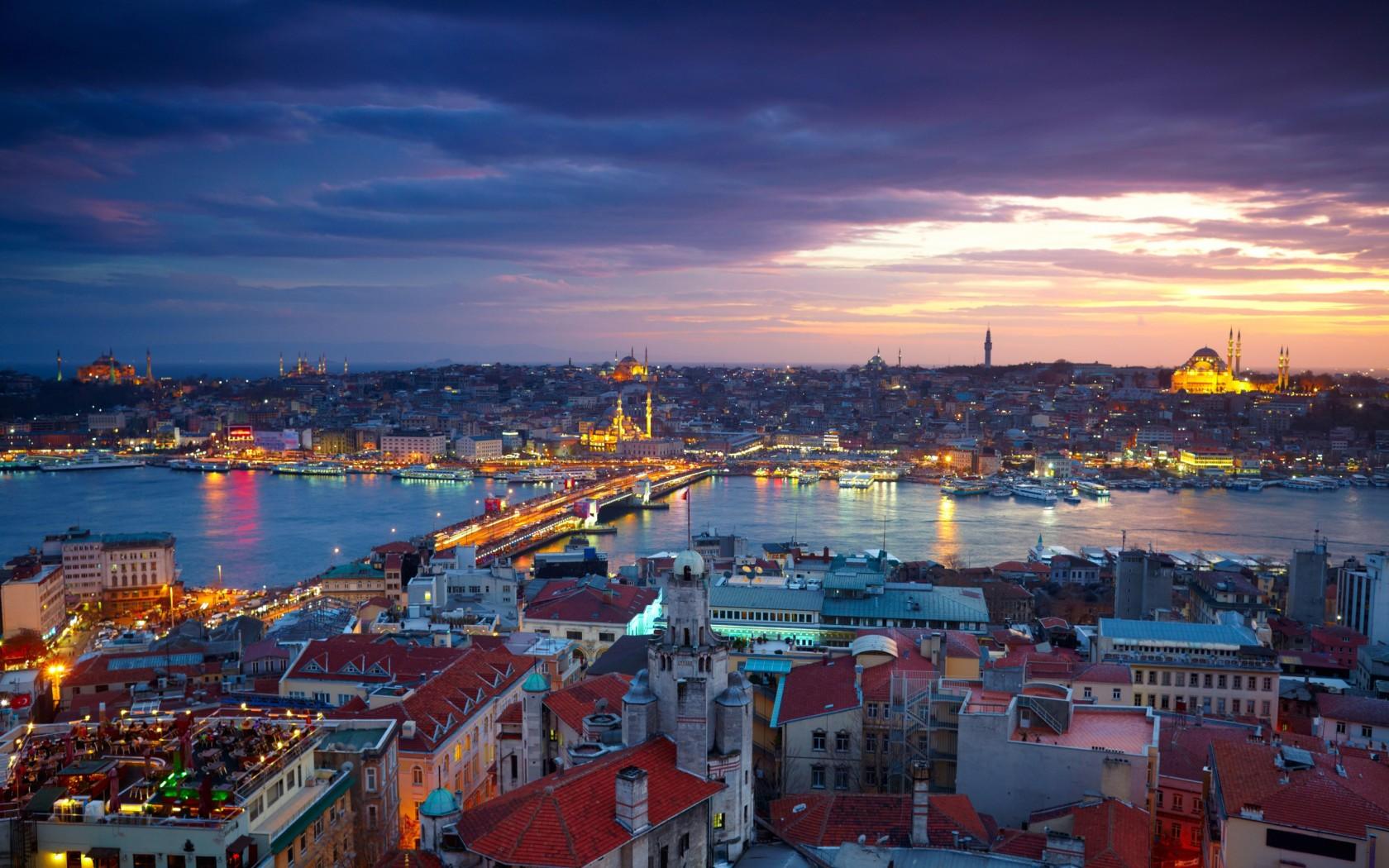 安塔利亚是土耳其最美丽的地区,它位于地中海沿岸,被无数群山环绕。成行的棕榈树构成一条条林荫大道,一个极漂亮具有历史意义的码头,以及美味可口的菜肴都是安塔利亚这座城市的迷人之处。安塔利亚将带给游客一种身心愉悦的感受。土耳其南岸港市,安塔利亚省省会。人口60,3190(2000)。始建于公元前二世纪,在东罗马帝国时期与奥斯曼帝国时期为东地中海重要港口。但北面有托罗斯山阻挡与内地的交通,又因港口水浅,后被梅尔辛港与伊斯肯德伦港超过。现只出口当地的水果以及少量铬矿砂、木材,畜产品。工业有棉纺织厂与铬铁厂。气候温暖,附近多古迹,已发展为旅游中心。安塔利亚地处安塔利亚海湾翠绿的沿岸平原,东面是秀美的孔亚阿特海滩,西面是一望无际的拉拉沙滩。南濒清澈的地中海,北临郁郁丛丛的托罗斯山脉。