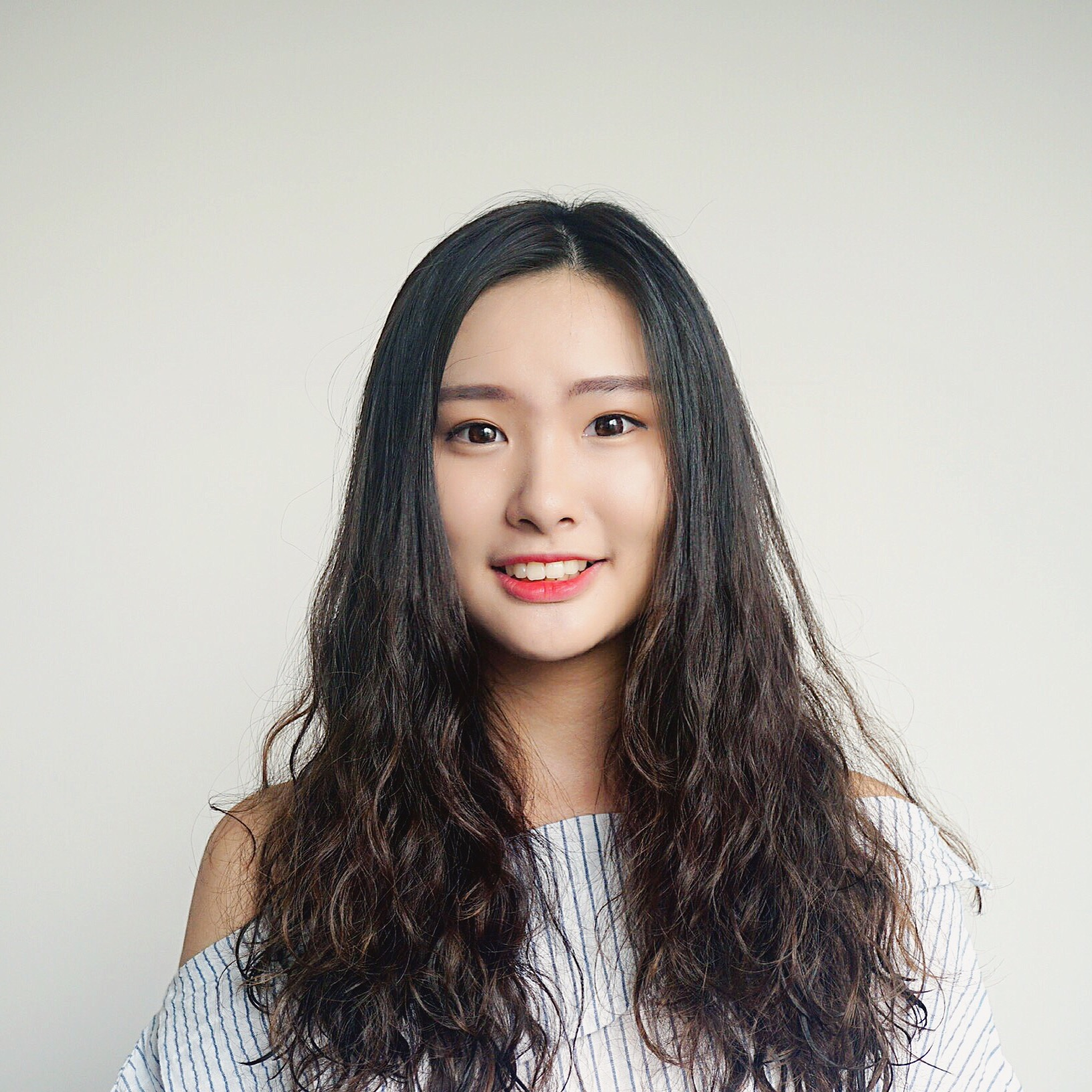 Analia Veronica Wu   出生在阿根廷,成长在中国上海的我有很多国际经验。在上海上的是住宿学校,所以从小就养成了自理和独立的好习惯。在阿根廷的国际学校,认识了来自世界各地的同学也学会了他们国家的很多文化习惯和与不同的人交流的能力。在那里我也学会了说西班牙语和英语。大学来到了美国,每天的学习都会培养我很多英语听力,口语,写作各方面的技能。每年我们的学校在阿根廷都会组织志愿者活动,所以我一直很热衷于帮助别人和改善他人的生活。希望这次的志愿活动可以让我在中国有更深的体会。