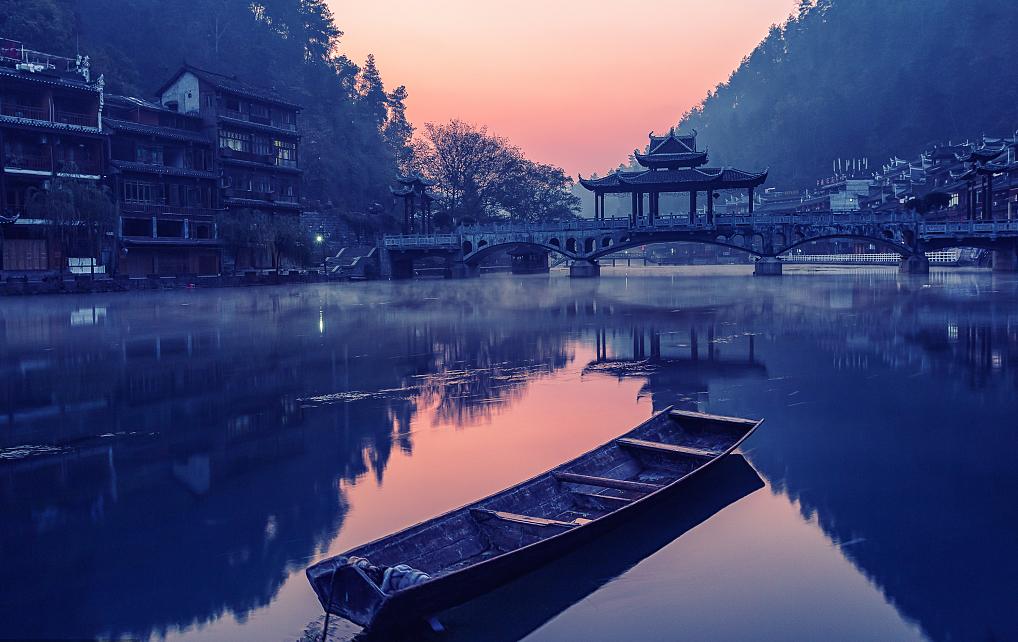 湘西沱江为湖南省凤凰县境最大的河流,为武水一级支流,上有二源:北源为乌巢河,滩险流急,天雨水涨。这是凤凰城内一大亮点,清晨薄薄的雾气在水面升腾,晨雾洗去了昨夜的喧嚣,此时的凤凰更外的宁静。