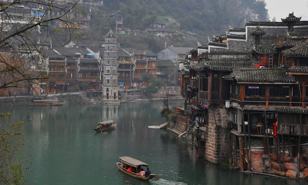 在凤凰古城沱江沿岸,那一幢幢临江而立的吊脚楼群是最亮丽的风景线。吊脚楼为湘西民居中传统建筑之一,在中国乃至世界都是极其少有的。大多是依山而建,房子一半着陆一半在水。