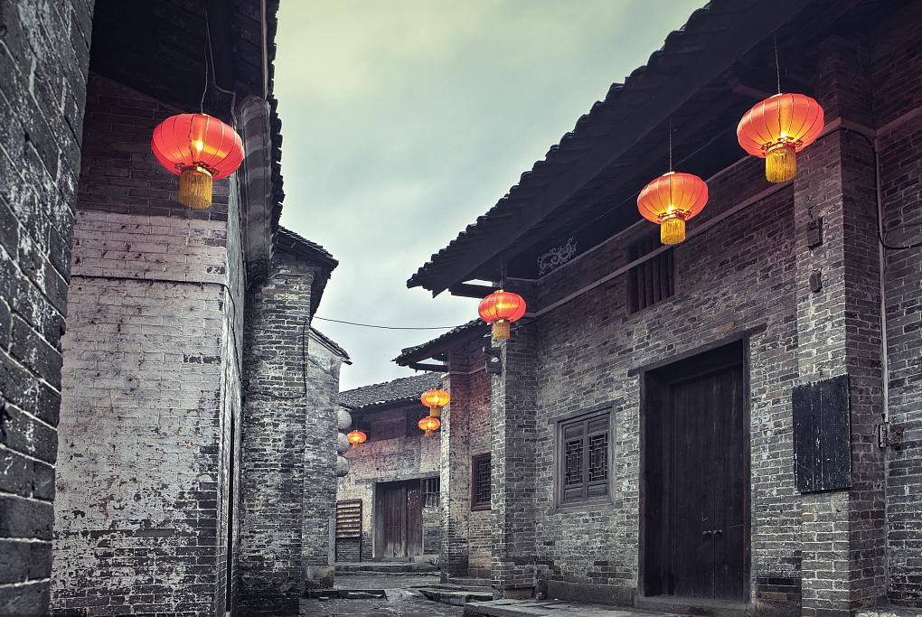长沙坡子街,拥有1200多年的悠久历史,是一条名副其实的千年老街,同时也是湖湘文化的代表。将五一商圈、解放西路酒吧街、黄兴南路步行商业街联结成片,同时也是一条在国内外具有影响力和知名度的民俗名食街。