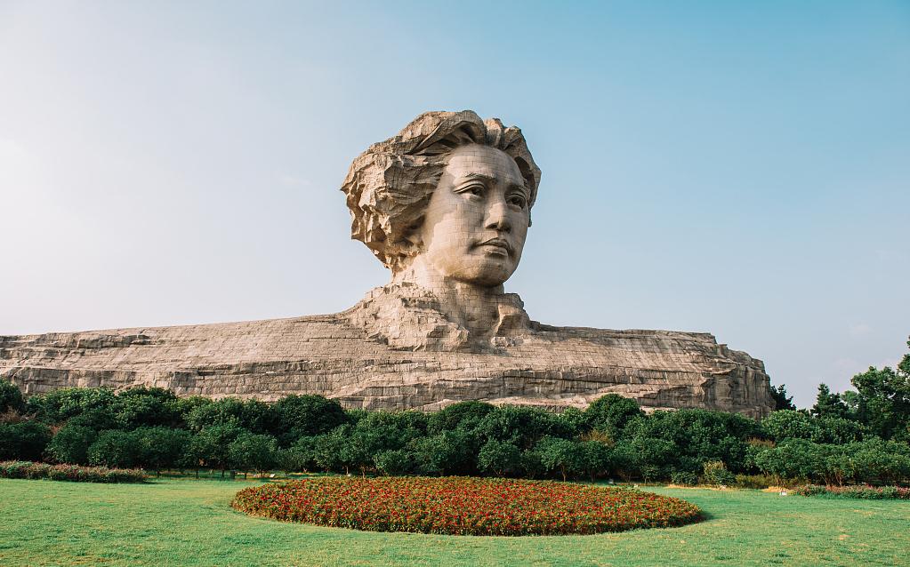 橘子洲风景区是国家重点5A级景区,位于湖南省长沙市市区对面的湘江江心,是湘江中最大的名洲。由南至北,横贯江心,西望岳麓山,东临长沙城,四面环水,绵延数十里,形状是一个长岛。毛爷爷雕像是网红打卡聚集地。