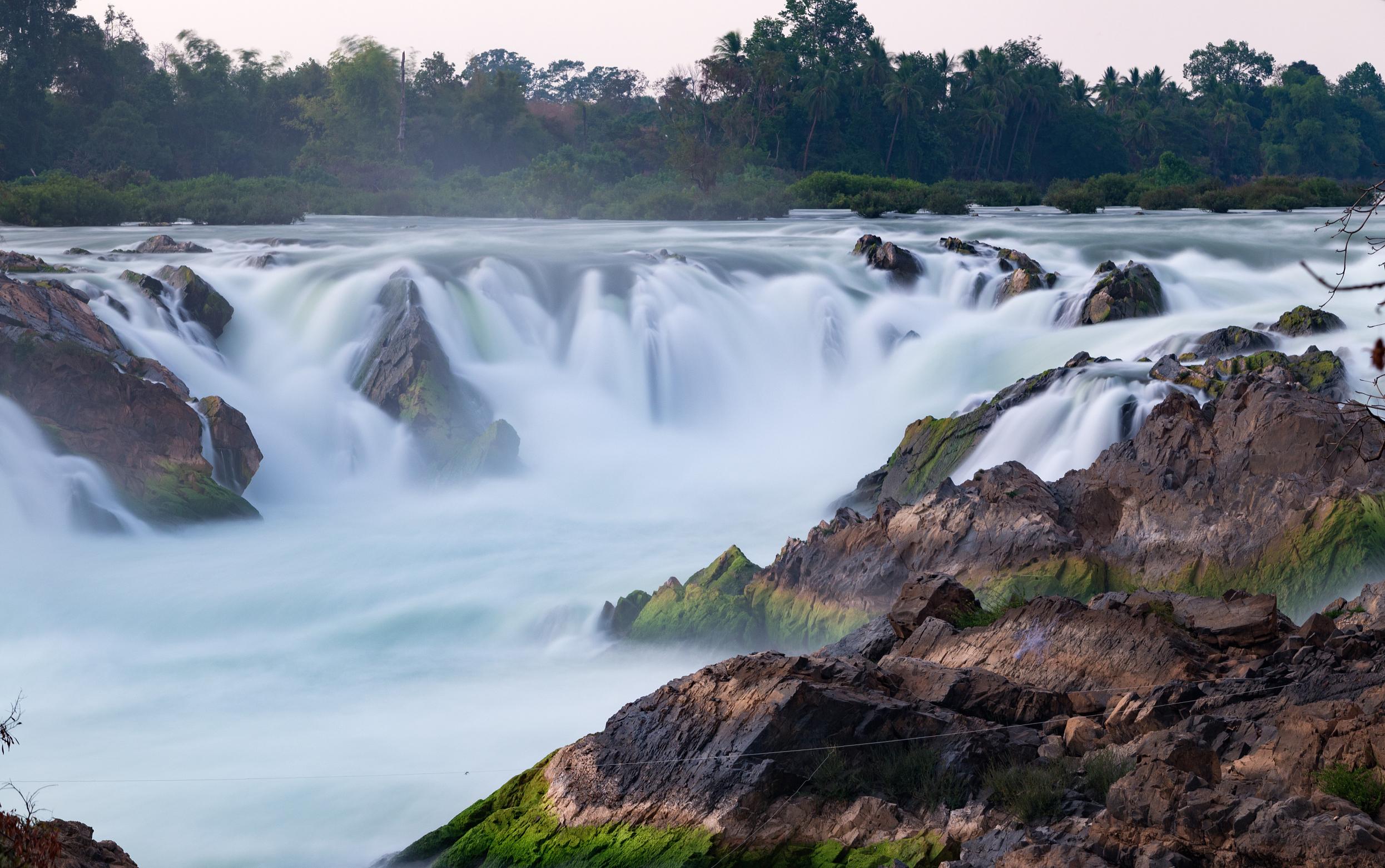 南江大峡谷地处贵州高原中部的开阳县,距省会贵阳五十四公里。以发育典型、气势宏大的喀斯峡谷风光和类型多样、姿态万千的瀑布群落为特色,风乐旖旎,景象万千。经有关专家完成的科学考查结果显示:南江峡谷地层古老,河谷深切,为典型的低中山峡谷地貌景观,十分壮丽优美。