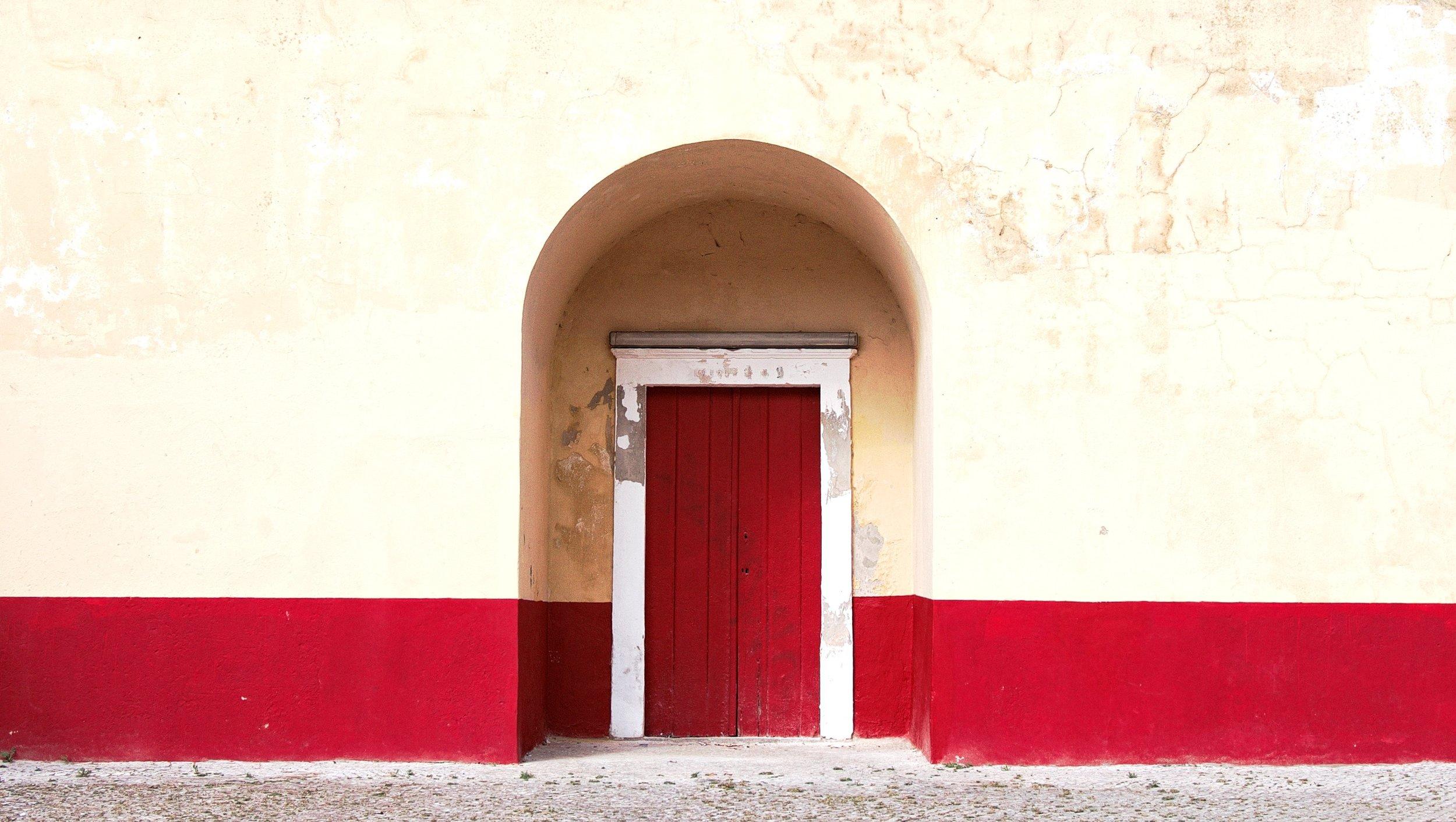 """马拉喀什是摩洛哥四大皇城之一,有南部首都之称,也是摩洛哥旅游胜地。该城于1062年穆瓦黑杜王朝开始建设,至今已有900多年的历史。著名的""""红城""""(建筑物的颜色是红褐色)建于1070年,被认为是纯正穆斯林的建筑艺术。摩洛哥皇室的35座宫殿中,也只有马拉喀什的宫殿可以让人参观。"""