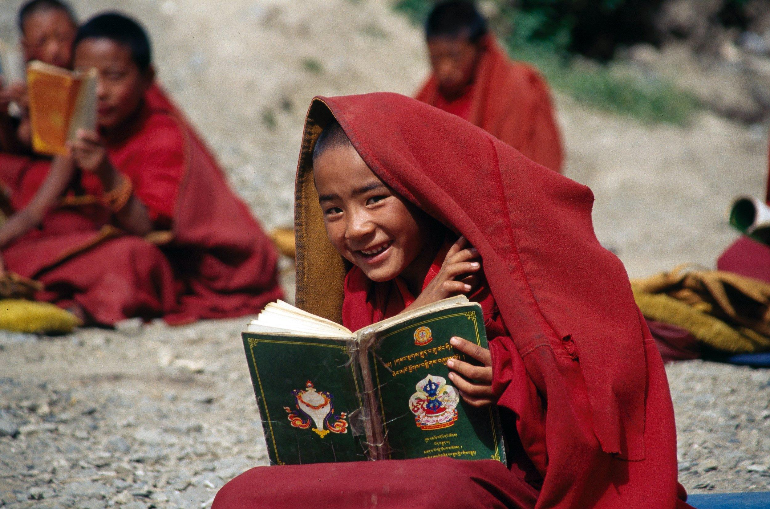 他们只要一见到你就笑,尽管与部分藏民语言不通,但他们的热情却是实实在在能感受到的。那里的小孩儿也特别可爱,熟了之后闹哄哄的,一见到你就要冲上来抱你。