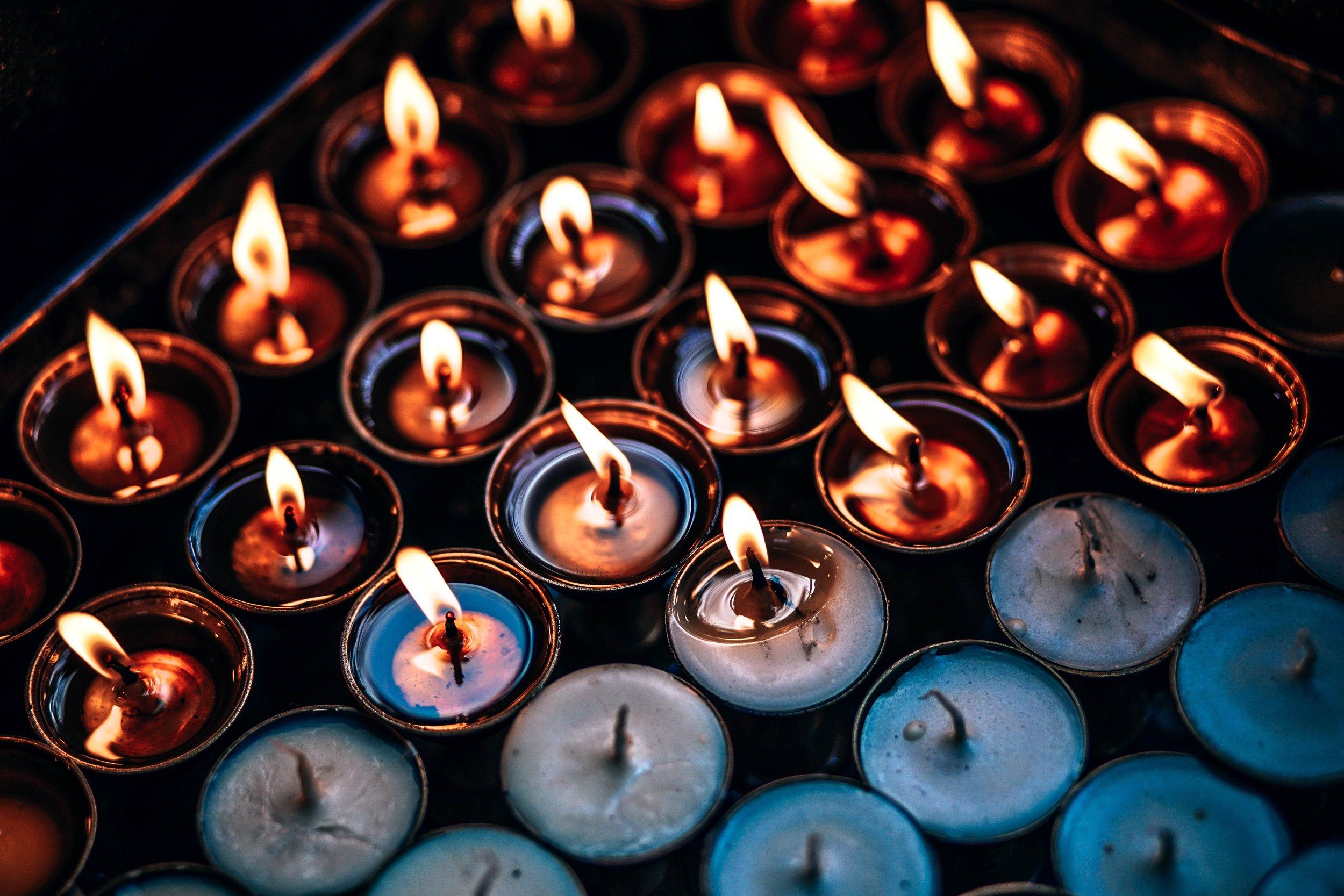 微弱的烛光照应了他们的心灵