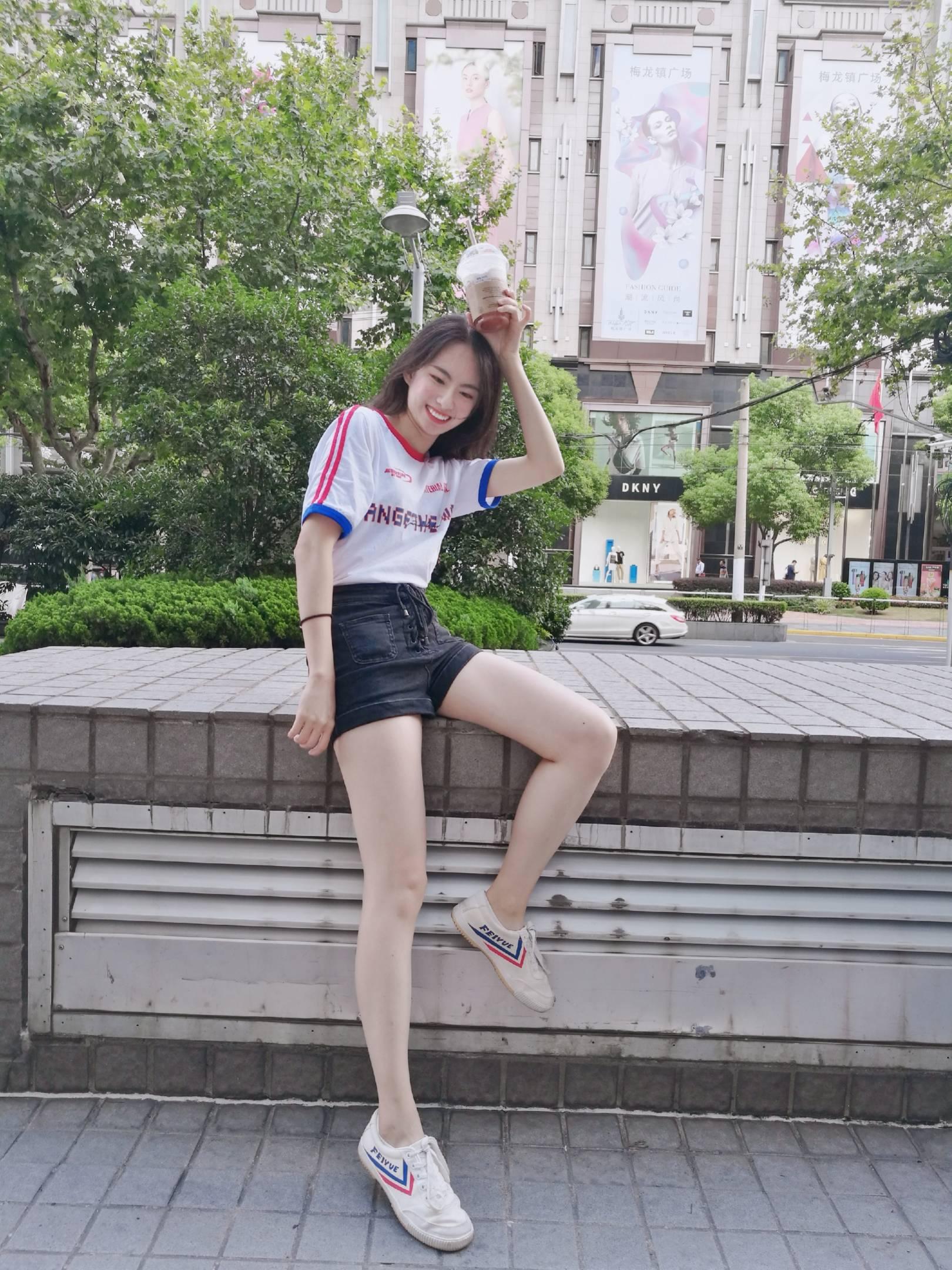 上海  是一个家在北京的广东人。目前在上海做公关copy写旅游文案,从小就喜欢打网球,现在还喜欢看中超联赛和西甲联赛,可以说动如脱兔静如处子~性格偏向独立那款,不太很会撒娇的那种,偶尔还会有点神经质,性子有点直啦  喜欢的类型:喜欢运动(最好足球网球),拍得一手好照片,也喜欢出去旅游~带点文艺气息,但是不要太正经!!!不太喜欢猛男…不喜欢晒肌肉的