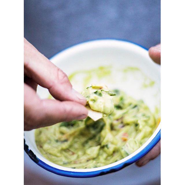 Guacamole 😍 Der perfekte Dip zu einfach allem oder was sagt ihr? Die Zeit auf Baja California hat uns so einiges an mexikanischem Essen näher gebracht. Unsere selbstgemachte Avocadocreme war danach auf jeden Fall nie wieder wie davor. Das Rezept dazu findet ihr in meiner Bio. #thesunnyside #guacamole #mexicanguacamole #rezept #einfacherezepte #dip #tortillachips #overlanding #weltumzickzackung