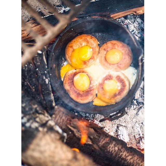 Aus den früheren Posts kennt ihr sicher schon unser absolutes Lieblingsfrühstück aus dem Dutch Oven 🥯🍳🧀 Genau, die leckeren Bagels mit Ei und Käse überbacken, dazu Avocado und Frühlingszwiebeln. Nun gibt es auch endlich das Rezept dazu 💪 Link findet ihr in Bio 😊
