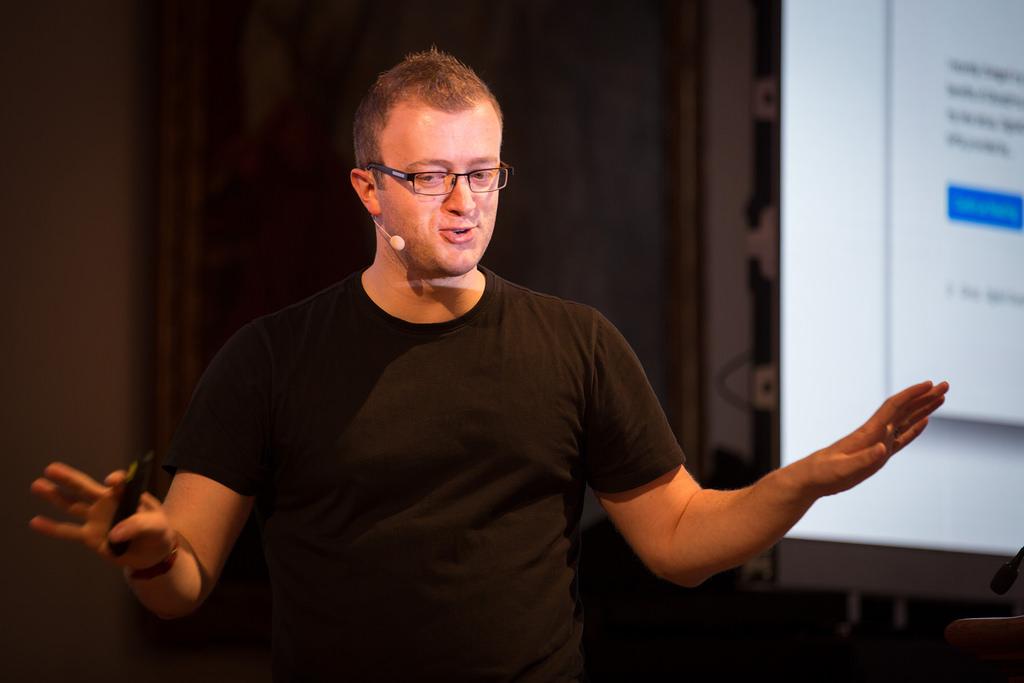 Scott Helme er Security Researcher, international speaker og forfatter av bloggen  scotthelme.co.uk . Han står også bak populære sites som  securityheaders.com  og  report-uri.com  - gratis verktøy som hjelper deg med å bygge sikrere tjenester.
