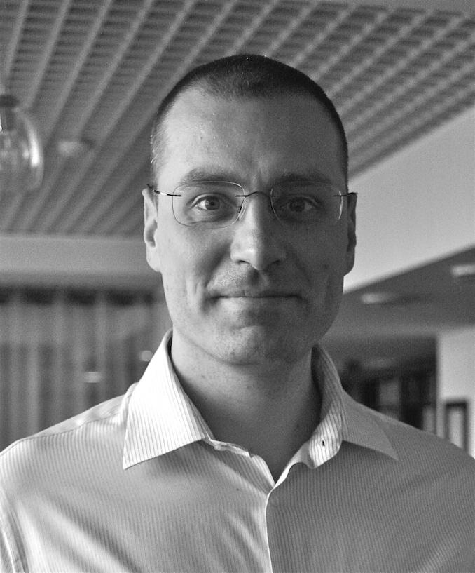 Gojko Adzic - Gojko Adzic er partner i Neuri Consulting LLP. Han er vinneren av European Software Testing Outstanding Achievement Award 2016 og prisen for den mest innflytelsesrike Agile Testing Professional for 2011. Gojkos bok Specification by Example vant Jolt Award for den beste boken i 2012, og bloggen hans vant UK Agile Award for den beste publikasjonen på nettet i 2010.Gojko er en hyppig foredragsholder på konferanser og en av forfatterne av MindMup og Claudia.js.Som konsulent har Gojko hjulpet selskaper over hele verden med å forbedre programvareleveransen deres, fra noen av de største finansinstitusjonene til små innovative startups.