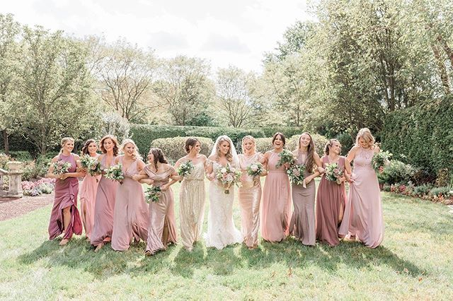 Loving all these blush / mauve / rose gold color palette's this year, these ladies nailed it 🙌🏼 #bridesmaids #blushbridesmaids #bridesmaidsdresses #pinkbridesmaids #goldbridesmaidsdresses #idocrew #wedding #blushwedding #rosegoldwedding #rosegoldbridesmaids