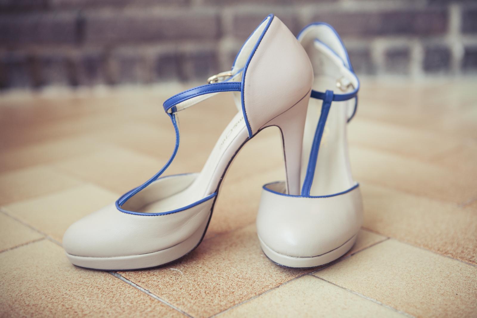 Zapatos de novia con detalles azul