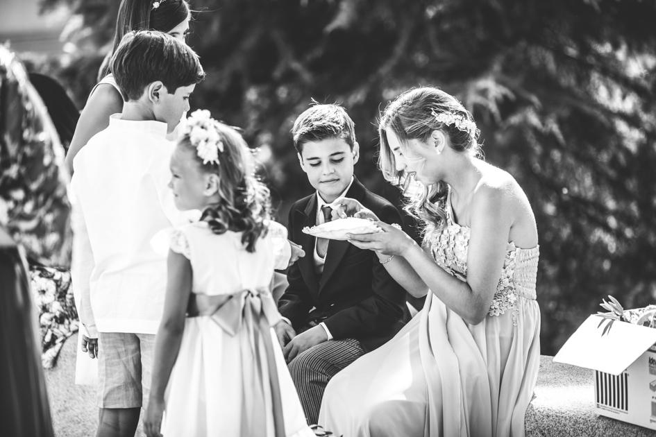 Niños esperando a la novia