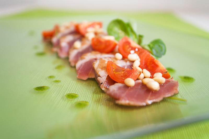 Tataki di tonno - ruchetta, pomodorino e pinoli