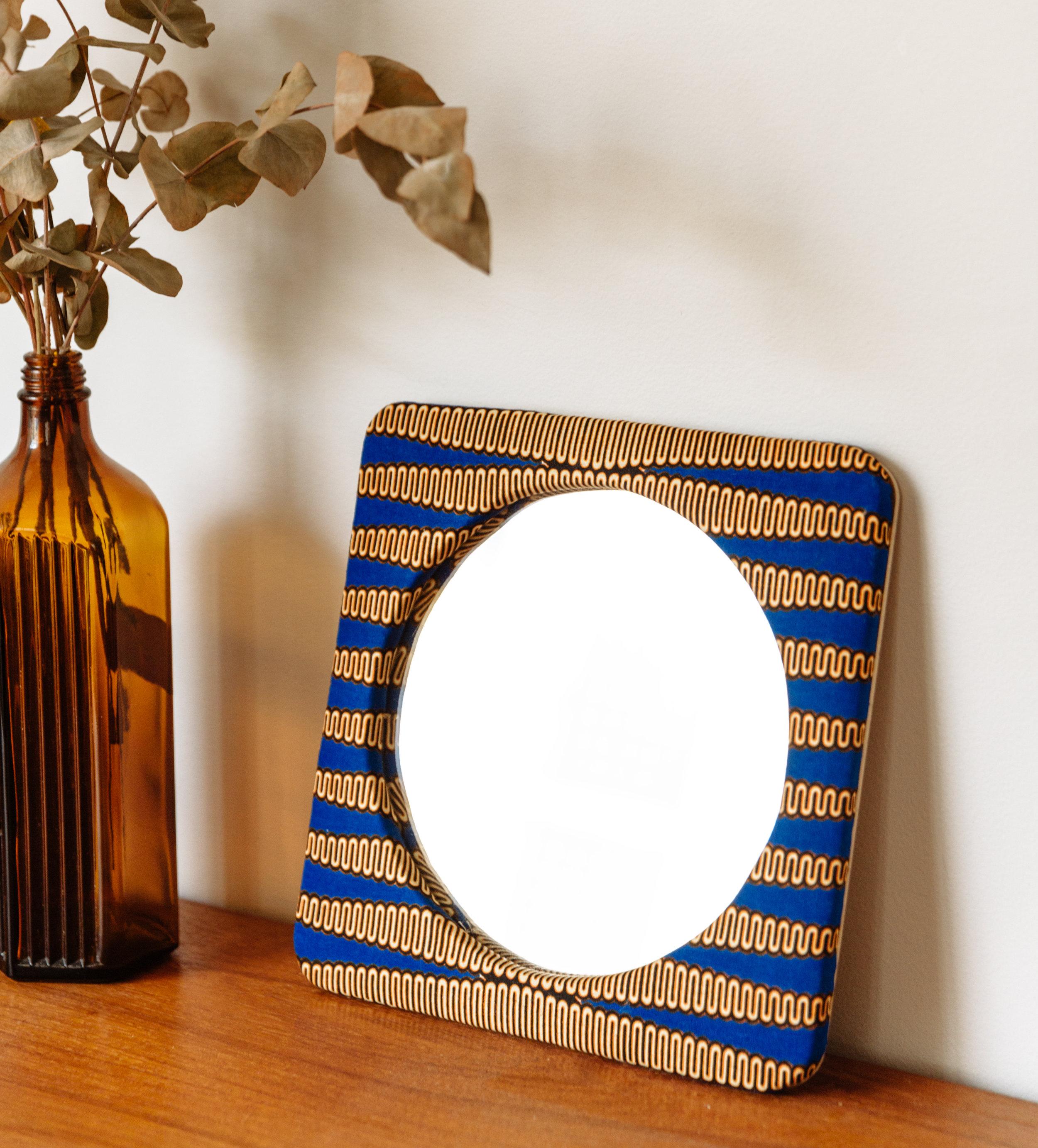 Chairwood & Adjamée - Adjamée, la marque à la quête du tissu parfait. Talissa voyage du Ghana au Kenya en passant par la Côte d'Ivoire et le Pérou, pour vous créer des collections de tissus mettant en avant la richesse des textiles ethniques au travers d'objets qui illuminent notre environnement, notre quotidien.