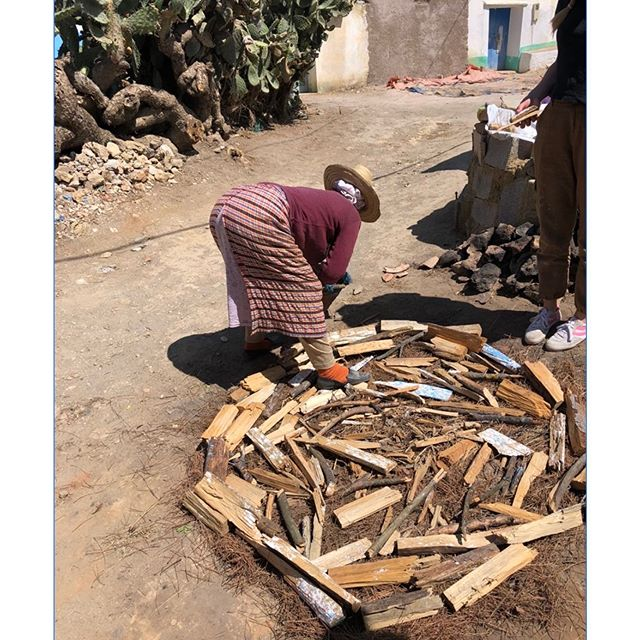 THEN there's the incredible firing process!!! No electricity or piles of wood or fancy bricks needed - just good old donkey poo!  Mama Aïcha - master as she is - knows where each stick of wood should go, she knows that the wind is going to blow from that direction all night long so we had to wait one day - and yes it was WINDY, alll night long from the direction she said. 🧙♀️🧙♀️🧙♀️ Donkey poo pads cover the pottery and a fire is lit within, it fires all night to ashes the next day, where you will find your clay pieces nicely formed into ceramic. The simplicity is inspiring.  @sumano.co is doing a great thing sharing - while preserving - the history and authenticity of these peoples crafts in Morocco #bravo and thank you !