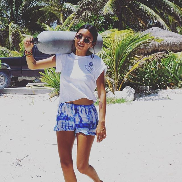 B E A C H  B U M 🌴☀️ . . 📷 @elineoceanic  #beach #bum #staysalty #girlsthatscuba #diving #scuba #wednesdayfunday