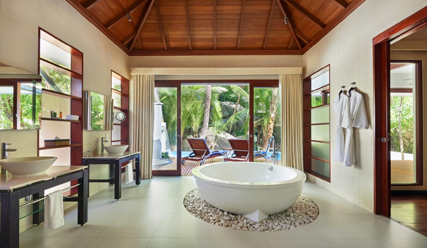 Bathroom of the deluxe hillside pool villa
