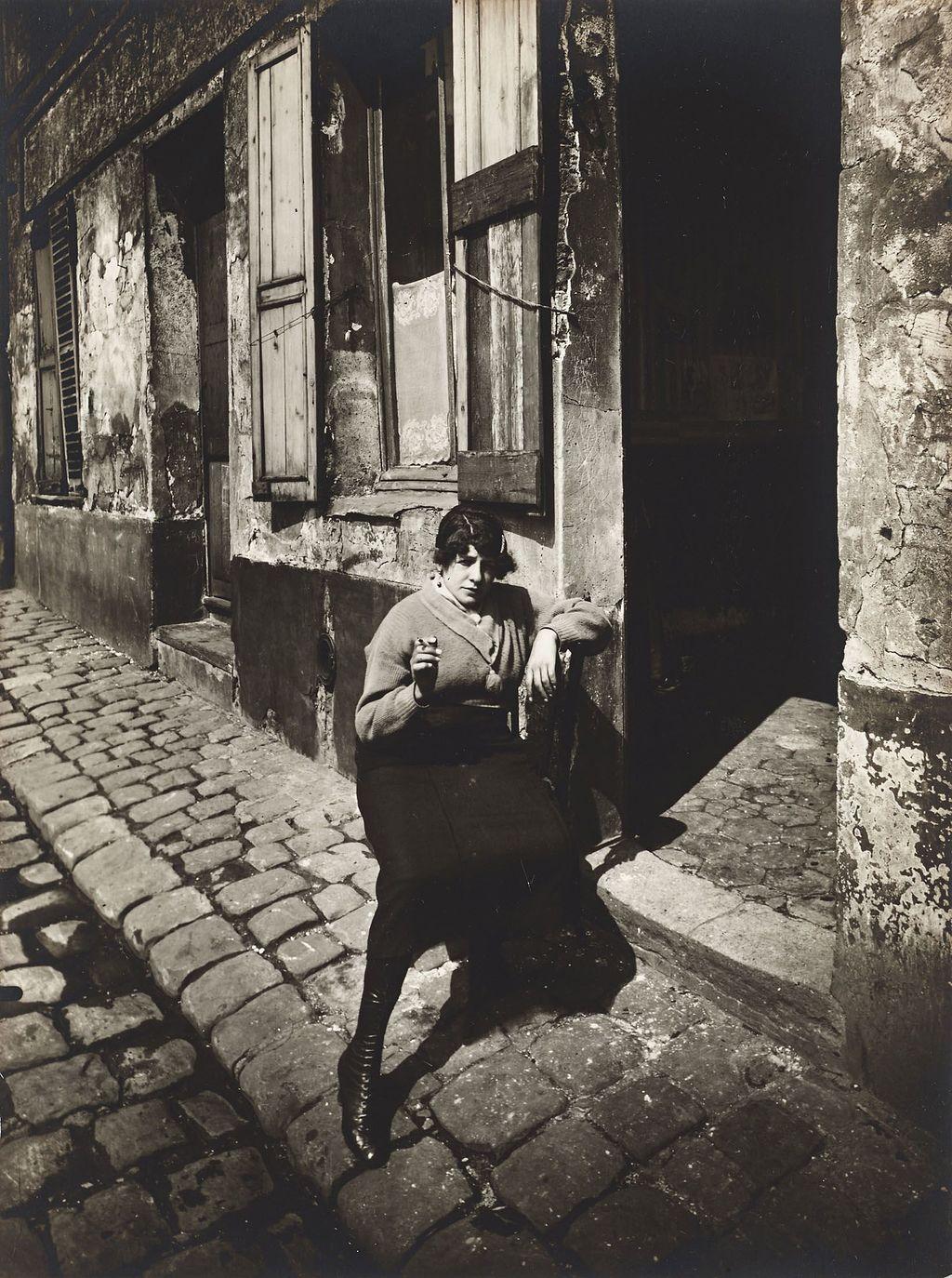 Eugène_Atget_La_Villette_fille_publique_faisant_le_quart_1921.jpg