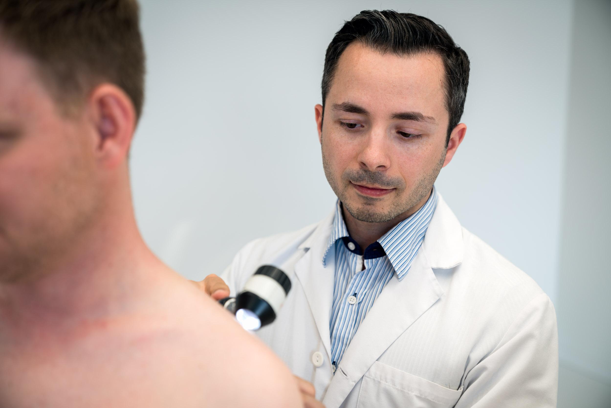 Hautkontrolle mit einem Dermatoskop