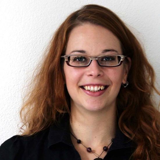 Tamara Kováčová - Tamara je kreativní, proaktivní inovátorka, věnuje se neziskovým projektům ve vzdělávání. Pracuje pro EDUin, externě vyučuje na Ústavu jazyků a komunikace neslyšících na FF UK a je předsedkyní Expertní komise pro otázky vzdělávání při střechové organizaci sdružující organizace neslyšících (ASNEP). Když něco není a je to třeba, tak se stará, aby se to zkusilo/vzniklo/bylo.